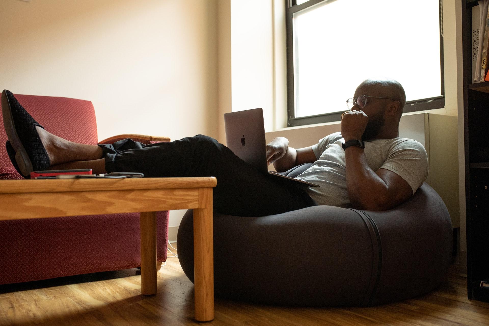 Meble biurowe do domu - jak zorganizować funkcjonalny home-office